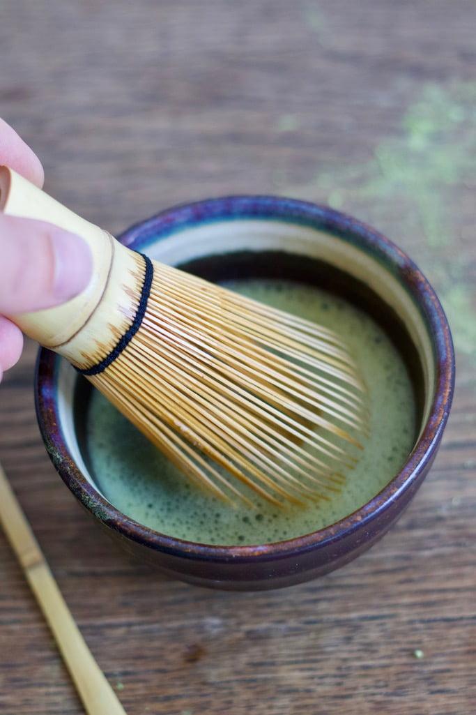 Guten Matcha mit dem Bambusbesen zubereiten